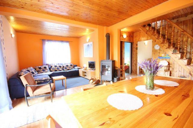 """Domek """"Nela"""" - 10 osobowy Rowy Salon - stół w jadalni"""