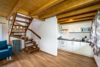 Domki JASNA POLANA Jastrzębia Góra Kuchnia i pokój w domku drewnianym