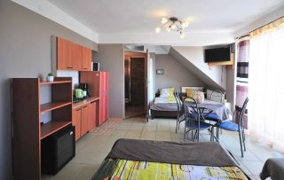 Tanie - Atrakcyjne pokoje gościnne U BOŻENY Darłowo Pokój 5 os z aneksem kuchennym ,łazienką i balkonem