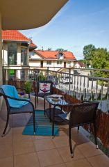Apartament MORSKI PORANEK Karwia Na tarasie znajduje się komplet wygodnych mebli.