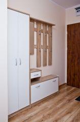 Apartament MORSKI PORANEK Karwia Przedpokój oraz drzwi wejściowe do apartamentu.
