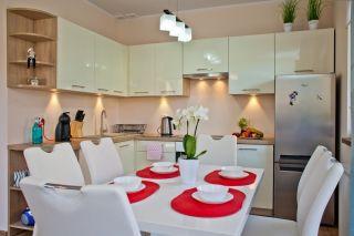 Apartament MORSKI PORANEK Karwia Duży, rodzinny stół z sześcioma krzesłami.