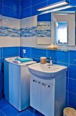 Apartament MORSKI PORANEK Karwia W łazience znajduje się pralka.