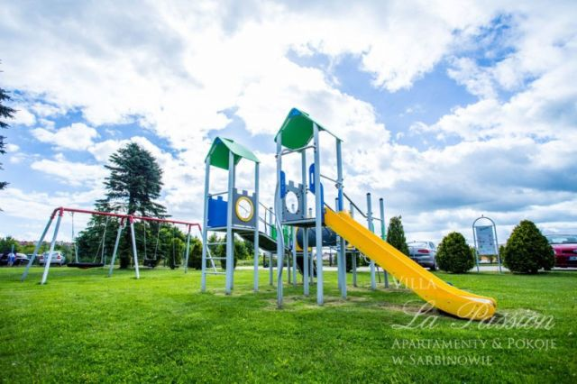 Pokoje, Domki, Apartamenty LA PASSION Sarbinowo Plac zabaw dla dzieci