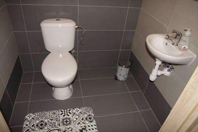 Domki NEMO Gąski Toaleta na górze