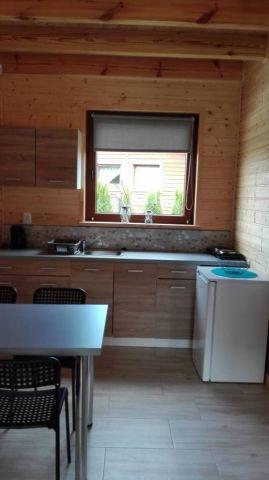 Domki NEMO Gąski Aneks kuchenny w domku przystosowanym dla osób dysfunkcyjnych ruchowo