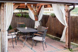 Pokoje Gościnne STOKROTKA Karwia Pod altaną można odpocząć od promieni słonecznych.