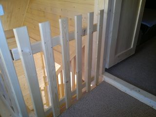 Ośrodek Wypoczynkowy Oliwia  Dźwirzyno Zabezpieczenia na schody (furtki dla dzieci)