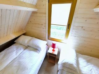 Ośrodek Wypoczynkowy Oliwia  Dźwirzyno 2 sypialnie na piętrze wyposażone w kołdry, poduszki i pościel.  Duża sypialnia:  2 podwójne łóżka ( łóżka małżeńskie ) stolik z lampką, szafa, regał. Mała sypialnia:  1 podwójne ( łóżko małżeńskie ) i 1 pojedyncze łóżko stolik z lampką, regał.