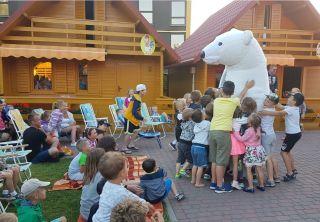 Ośrodek Wypoczynkowy Oliwia  Dźwirzyno Raz w tygodniu w lipcu i sierpniu do ośrodka przyjeżdża Cyrk. Są to bezpłatne występy profesjonalnych cyrkowców. Zapewniają wspaniała zabawę zarówno dla dzieci jak i dla dorosłych. Pokazy angażują dzieci do czynnej zabawy przed publicznością. Żonglerka i