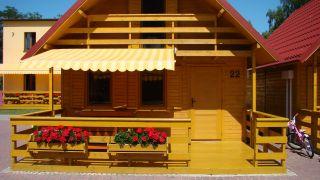 Ośrodek Wypoczynkowy Oliwia  Dźwirzyno Domki dwupiętrowe o powierzchni 60 m2 z obszernym tarasem. Każdy domek posiada markizę chroniącą przed słońcem lub deszczem