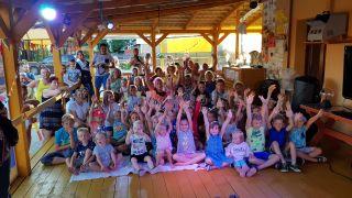 Ośrodek Wypoczynkowy Oliwia  Dźwirzyno Znajduje się przy recepcji ośrodka. Przestronna sala posiada stoliczki dla dzieci gdzie można rysować, malować farbkami, wycinać, lepić plasteliną, grać w kręgle. Tu odbywa się poranny aerobik dla dzieci przy muzyce oraz wieczorne zabawy taneczne i karaok