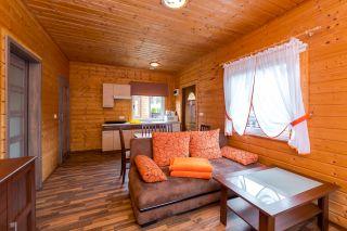 Domki, Pokoje i Apartamenty LAGUNA Dąbki Pokój dzienny w domku