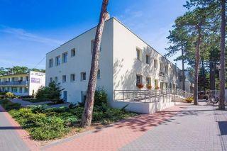 Centrum Zdrowia i Wypoczynku JANTAR Darłówko Jantar - budynek główny - Jantar, w tle pawilon Bałtyk