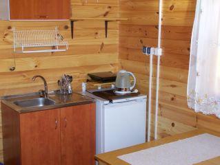 Domki Letniskowe DELFIN Wicie Aneks kuchenny domku dla 4 osób z sypialnią