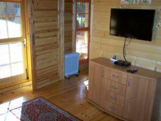 Domki Letniskowe DELFIN Wicie Pokój dzienny domku dla 4 osób z sypialnią