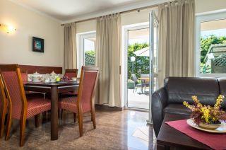 Domki Apartamentowe FULAY Premium Karwia DOMEK APARTAMENTOWY DWUPOZIOMOWY 6-8-osobowy - salon z częścią jadalną