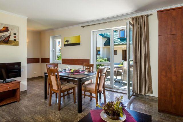Domki Apartamentowe FULAY Premium Karwia DOMEK APARTAMENTOWY DWUPOZIOMOWY 3-osobowy - salon z częścią jadalną