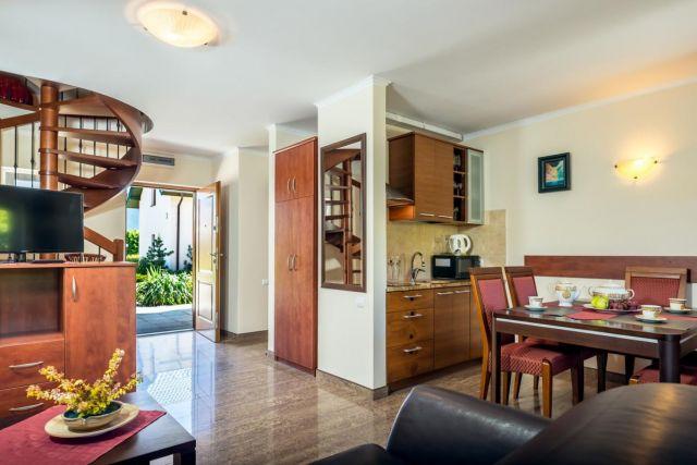 Domki Apartamentowe FULAY Premium Karwia DOMEK APARTAMENTOWY DWUPOZIOMOWY 6-8-osobowy - aneks kuchenny z jadalnią