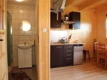 Domki Letniskowe KAPER Karwia Łazienka w domku piętrowym.