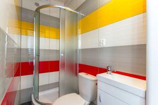 Domki Letniskowe KAPER Karwia Kolorowa łazienka w domkach parterowych