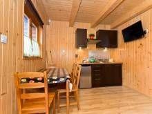 Domki Letniskowe KAPER Karwia  Aneks kuchenny w domku piętrowym
