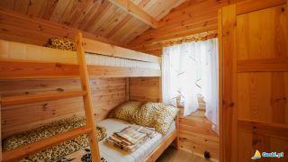 Domki MARIO Gąski pokój w domku sypialnia z łóżkiem piętrowym  i szafą