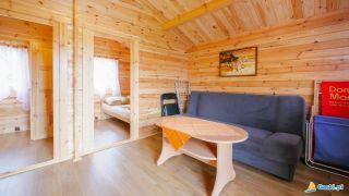 Domki MARIO Gąski salon z rozkładaną kanapą,stolik oraz telewizor
