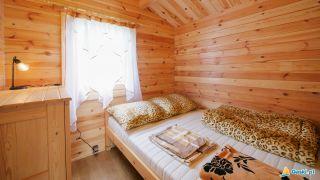 Domki MARIO Gąski sypialnia nr.2 łóżko podwójne z komodą i lampką nocną